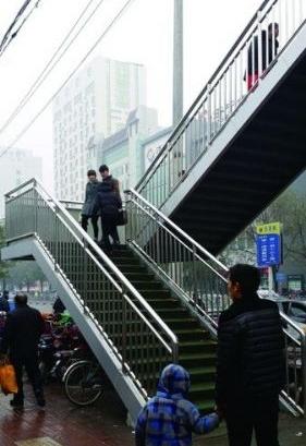 济宁过街天桥调查 横穿马路太任性 莫让天桥成摆设
